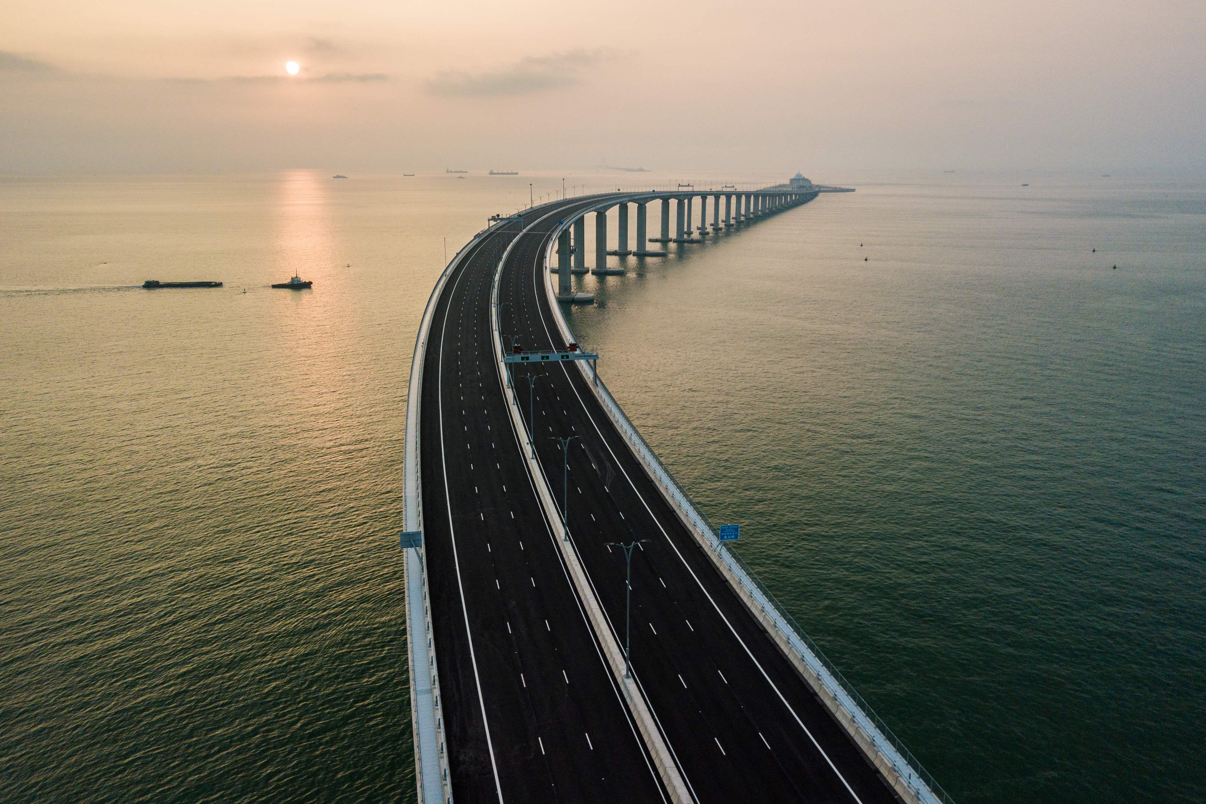 Hong Kong: New $20 billion bridge to Chinese mainland draws