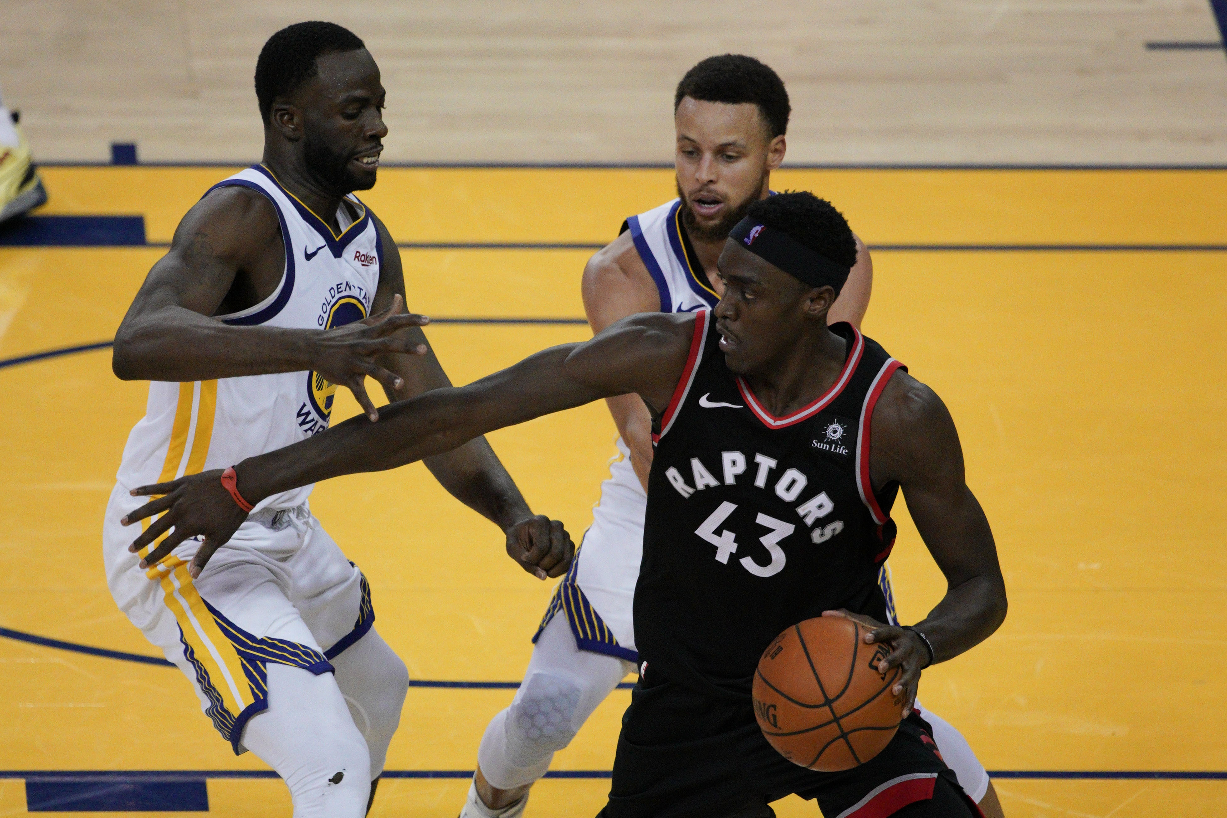 586177d8 Raptors hold off Stephen Curry, Warriors to go up 2-1 in NBA Finals - The  Washington Post