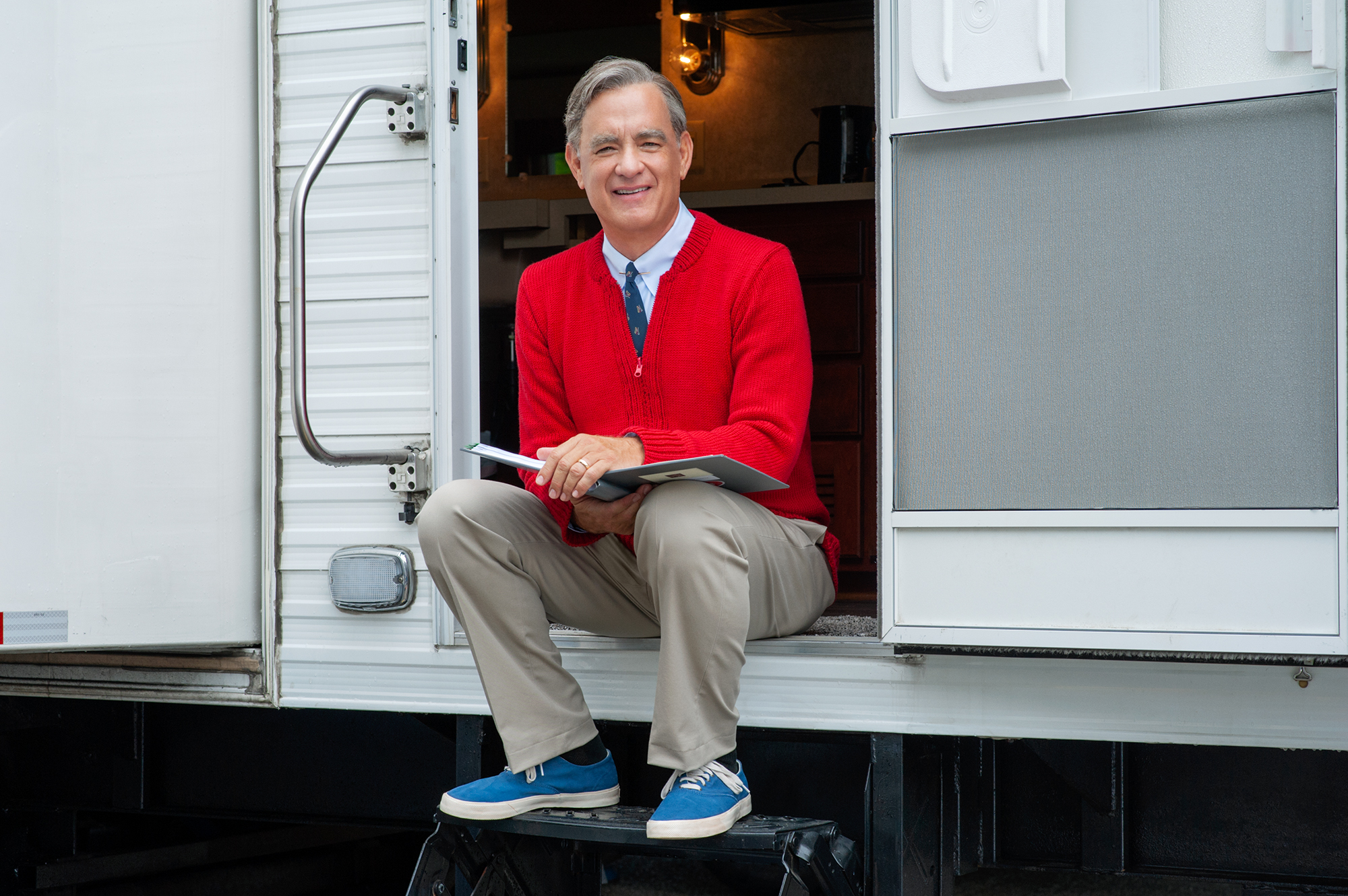 A Beautiful Day In The Neighborhood Review Moving Drama Tell The True Story Of The Friendship Between Children S Tv Host Fred Rogers Tom Hanks And A Journalist Matthew Rhys The Washington