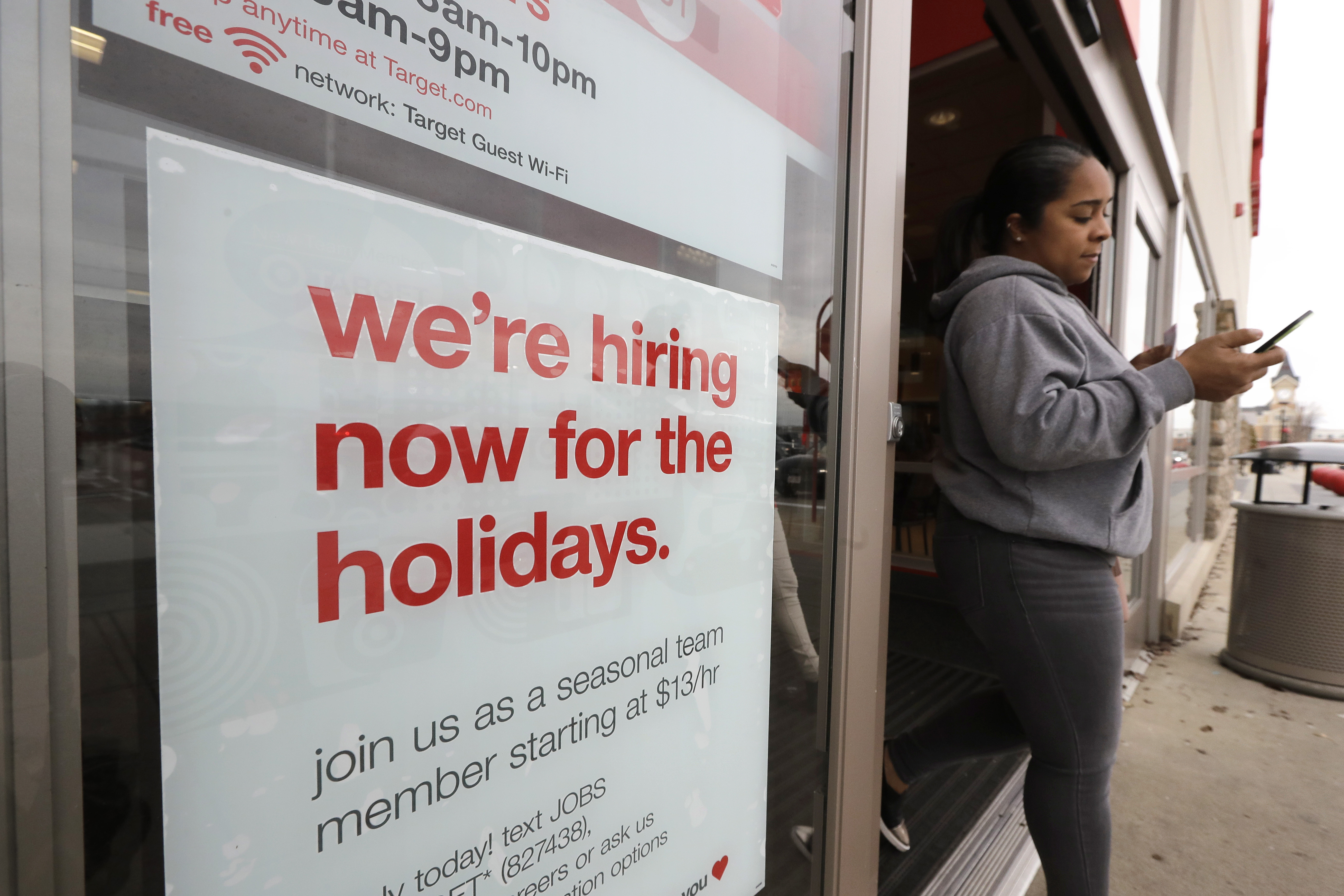 Retailers Offering Higher Pay More Perks To Attract Holiday Workers The Washington Post