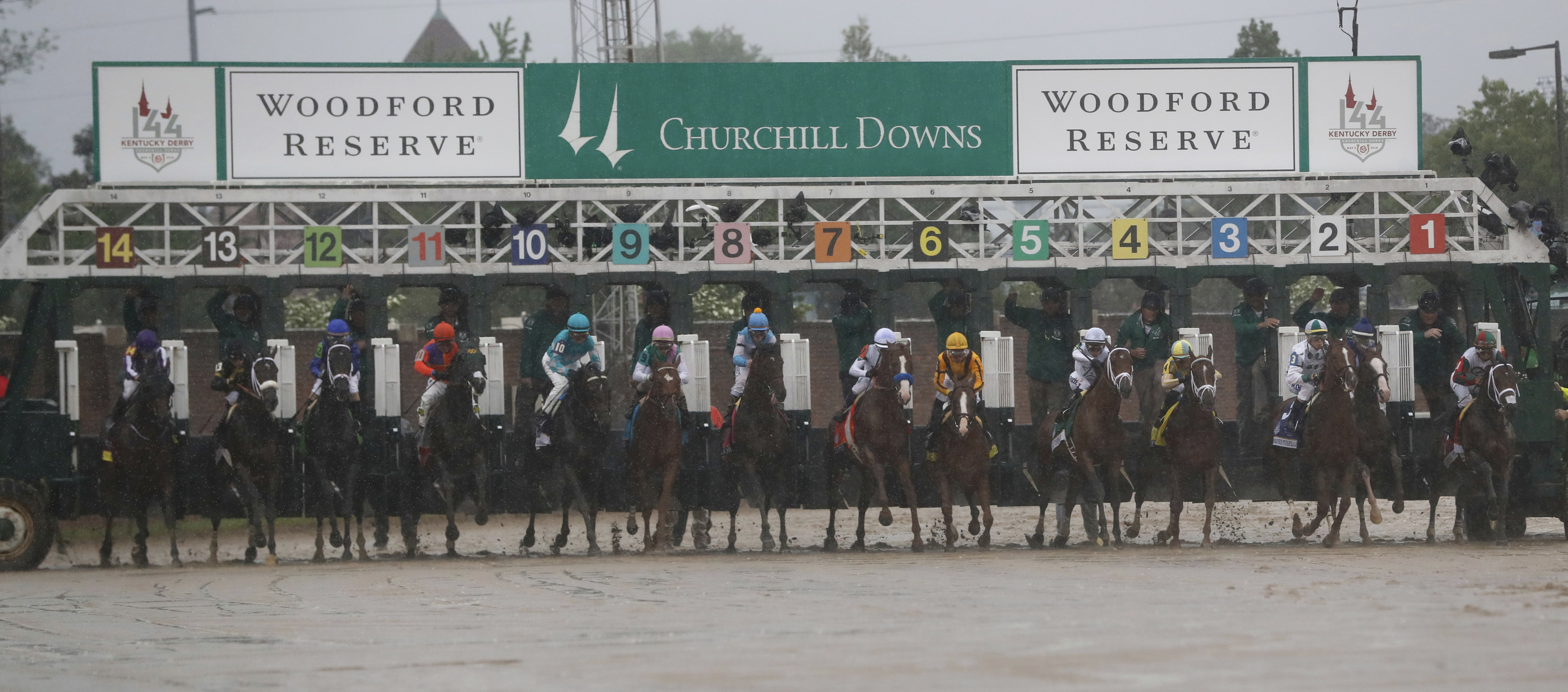 What S Happening At The Kentucky Derby Photos Fashion Hats Race Results The Washington Post