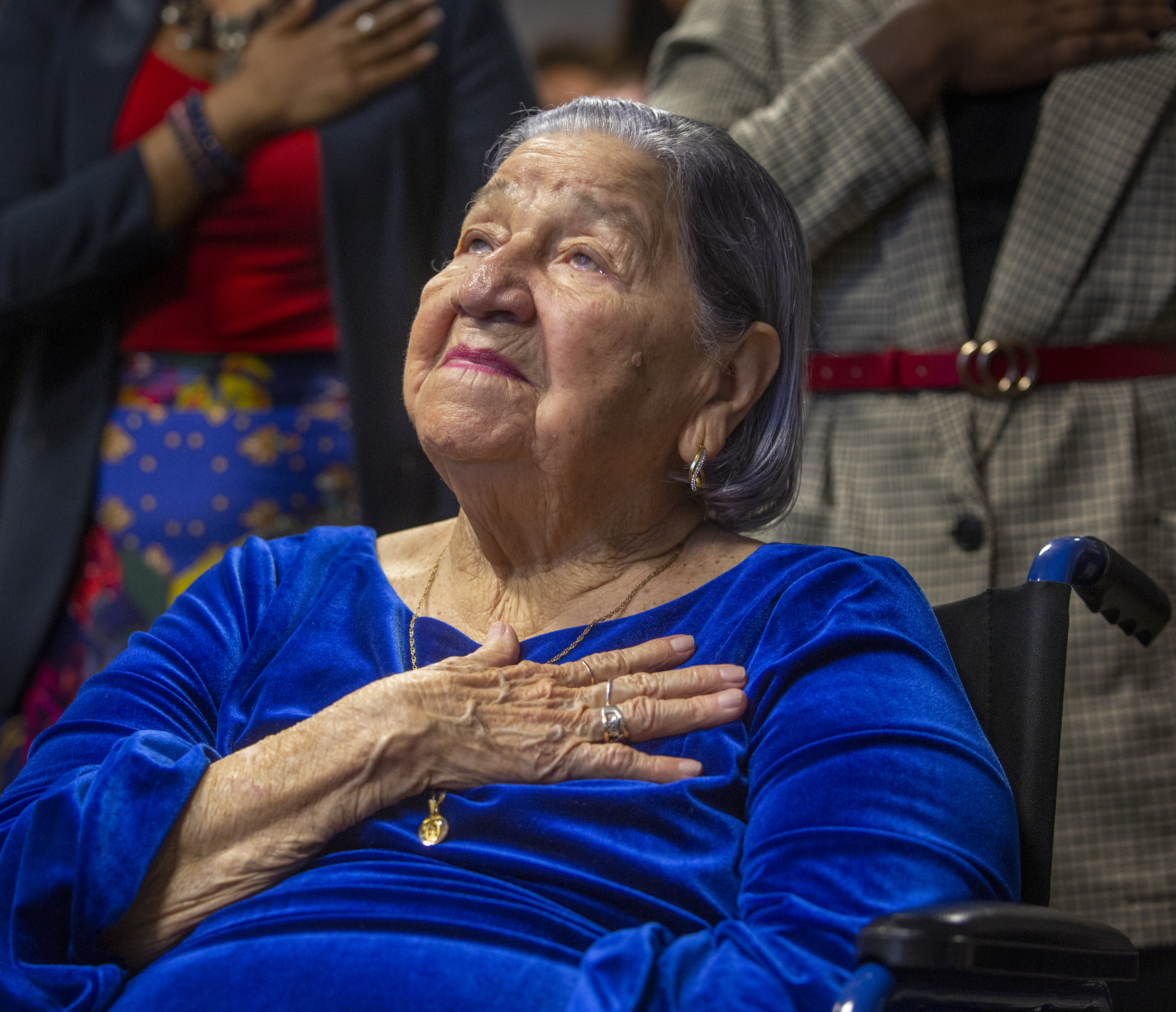 106-year-old woman with desire to vote becomes a citizen