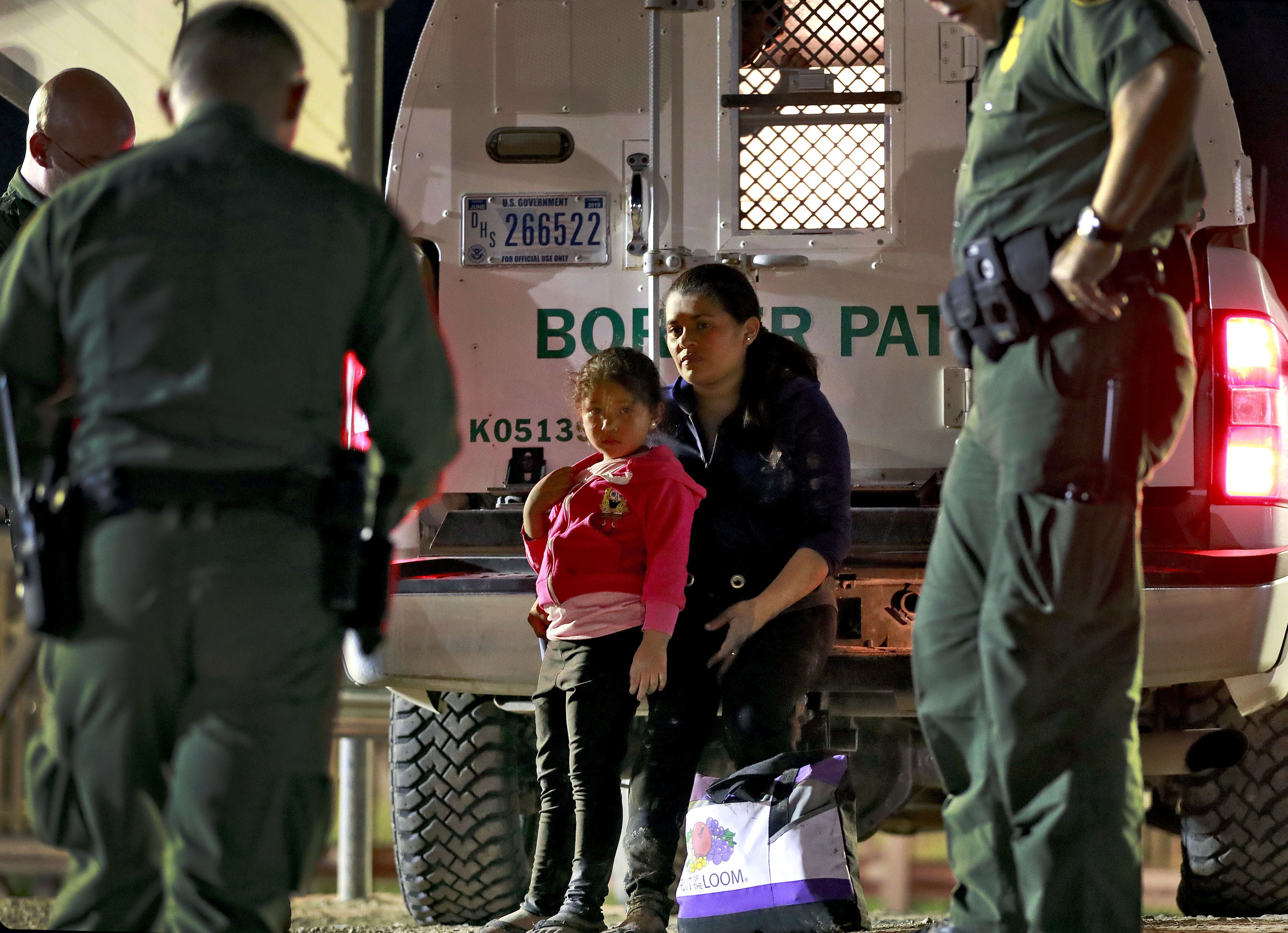 immigration agents take child from mom - HD4818×3492