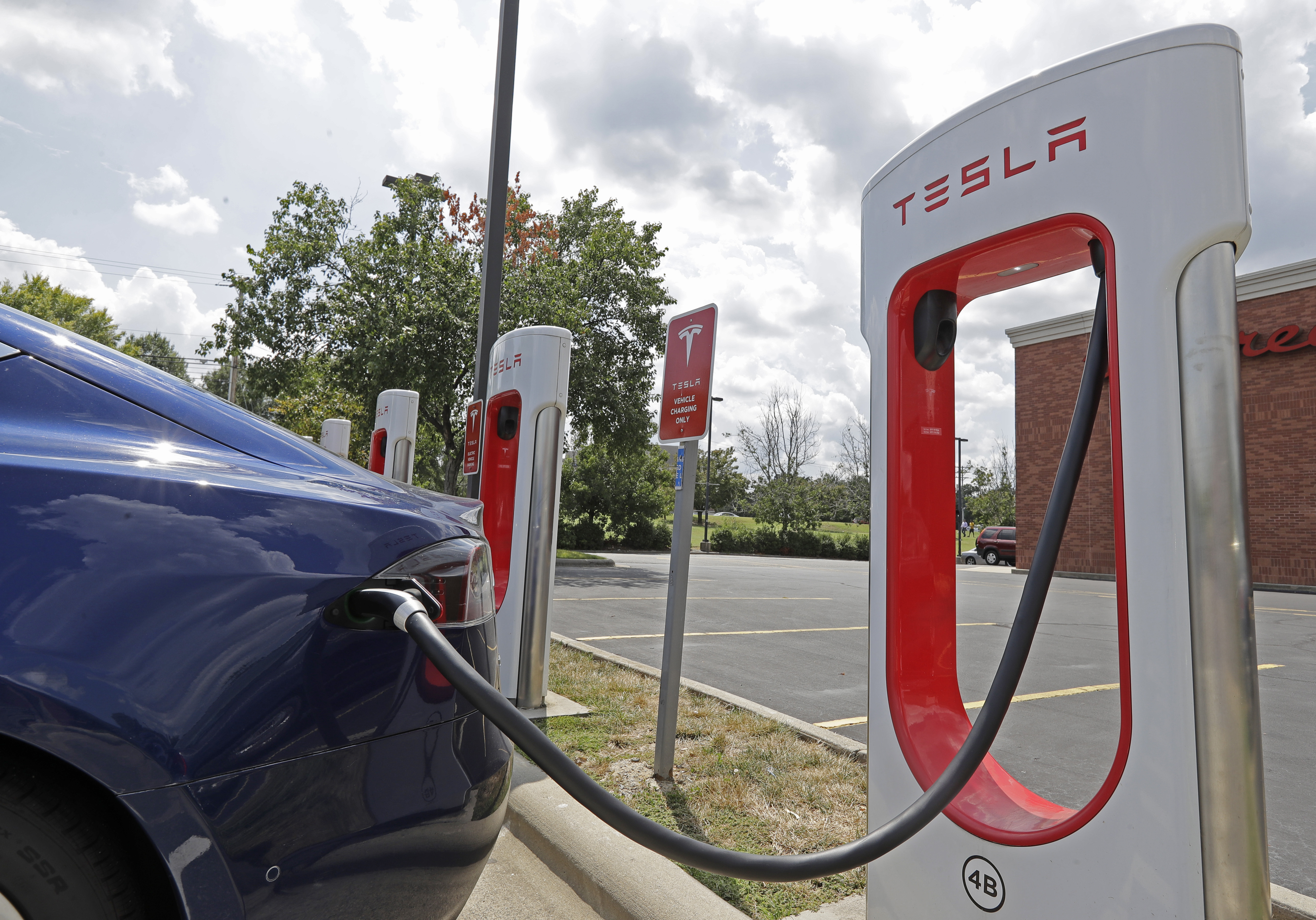 Why Teslas Still Go So Much Further Than Other Electric Cars The Washington Post