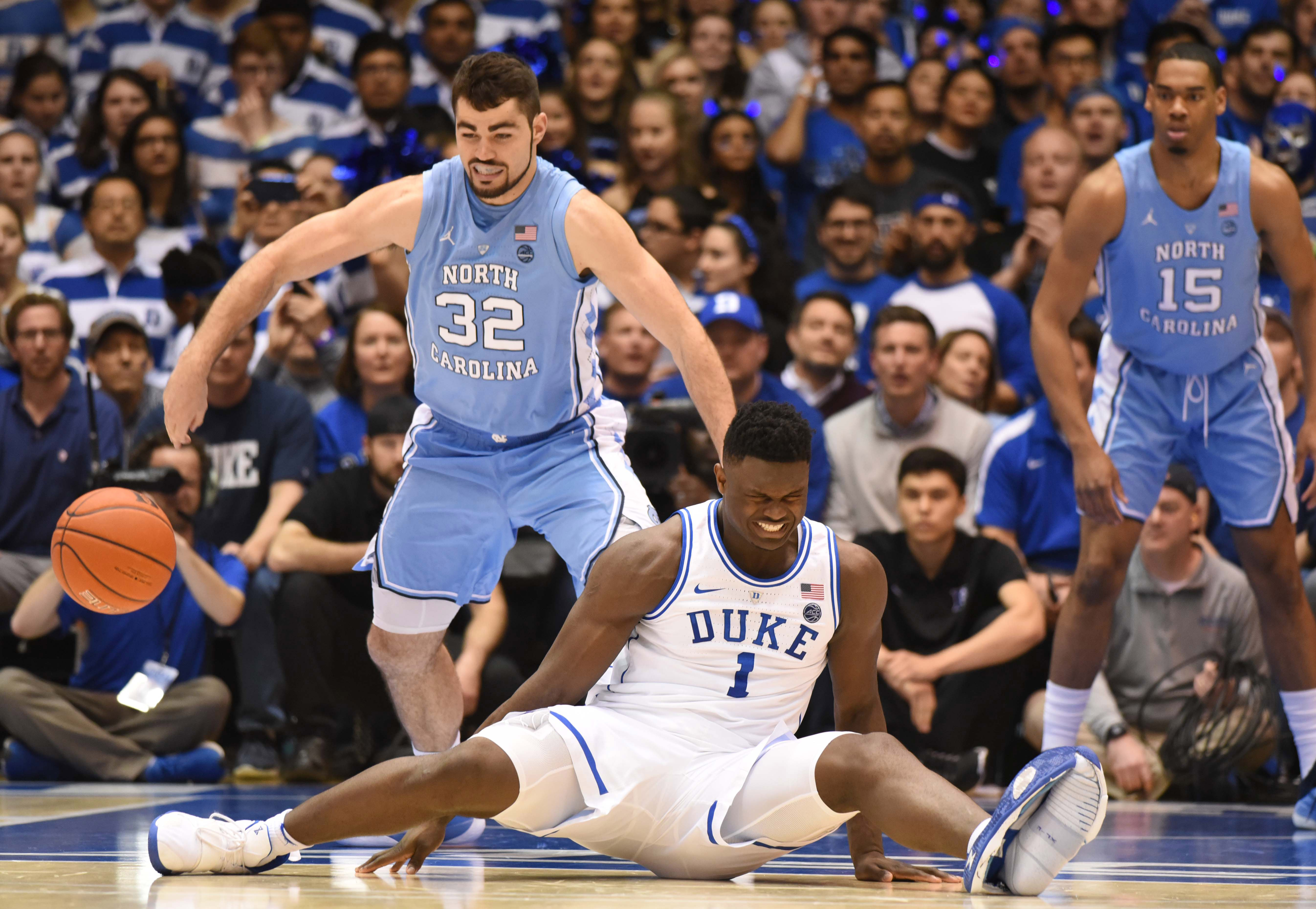 f0a4b1df0 Zion Williamson's first Duke-UNC game ends prematurely after knee injury