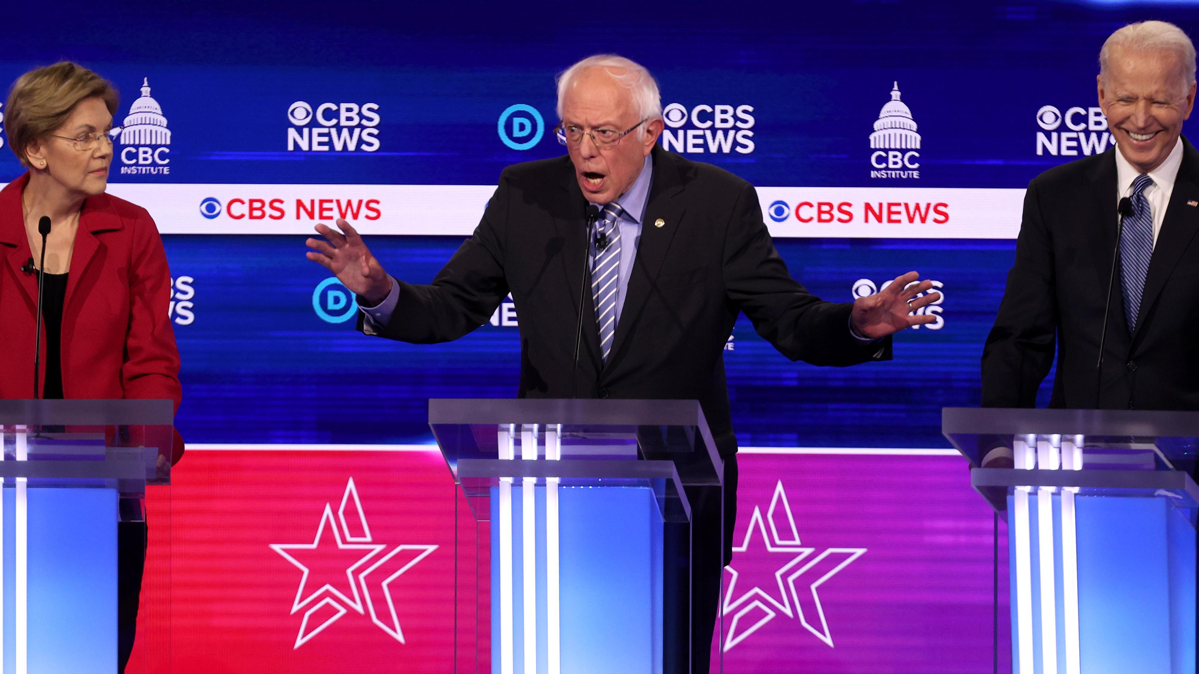 Bernie Sanders entre Elizabeth Warren y Joe Biden en el debate de las primarias demócratas.